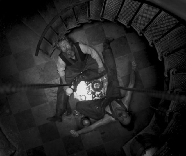 In The Lighthouse si mescolano follia, verità e ossessione. Il quadro in bianco e nero che ne viene fuori è uno sguardo sulla natura umana.