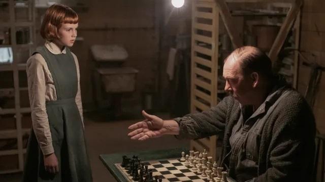 Beth è un'orfana prodigio degli scacchi, la sua ascesa sarà inesorabile, fino a diventare un Gran Maestro, una vera regina degli scacchi.