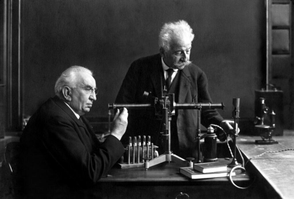 Il dialogo immaginario fra i Fratelli Lumière e Georges Méliès. I padri del cinematografo discutono della loro invenzione nella storia.