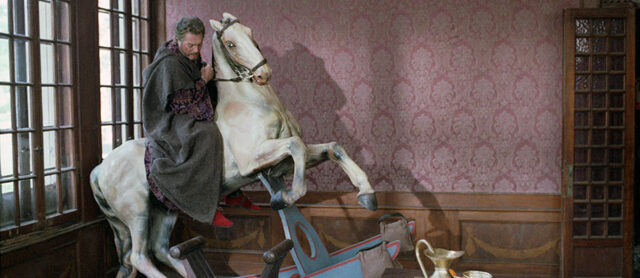Marco Bellocchio riscrive la tragedia Enrico IV a partire dal protagonista e dal suo interprete: Marcello Mastroianni.